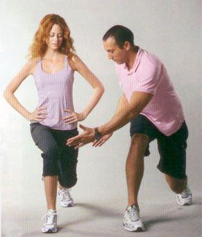 2. Geriye hamle: Eller yine belde bir ayak sabit diğer ayak geriye doğru adım atın ve başa dönün. Ağırlık öndeki bacakta olmalı. Hareket öndeki bacak ve kalçada en çok hissedilir. 4 set halinde yapın, her set 12-15 tekrardan oluşuyor.  Çalışan bölge: Kalça ve bacak kasları.